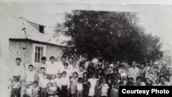 Ысык-Ата районундагы Сынташ колхозуна Тажикстандан көчүп келген жердештерим. 1993-жыл