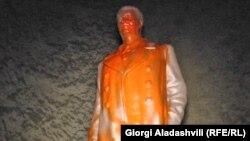 Памятник Иосифу Сталину в городе Телави был осквернен, не простояв и одного дня. Инцидент вызвал новую волну споров вокруг фигуры Сталина