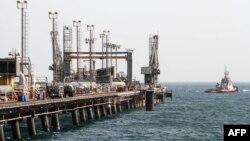 نمایی از تاسسیات نفتی ایران در جزیره خارک در خلیج فارس