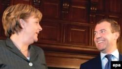 Меркель познакомилась с Медведевым, но и с Путиным не попрощалась