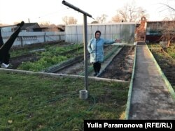 Валентина Дудник показывает, где отрежут землю