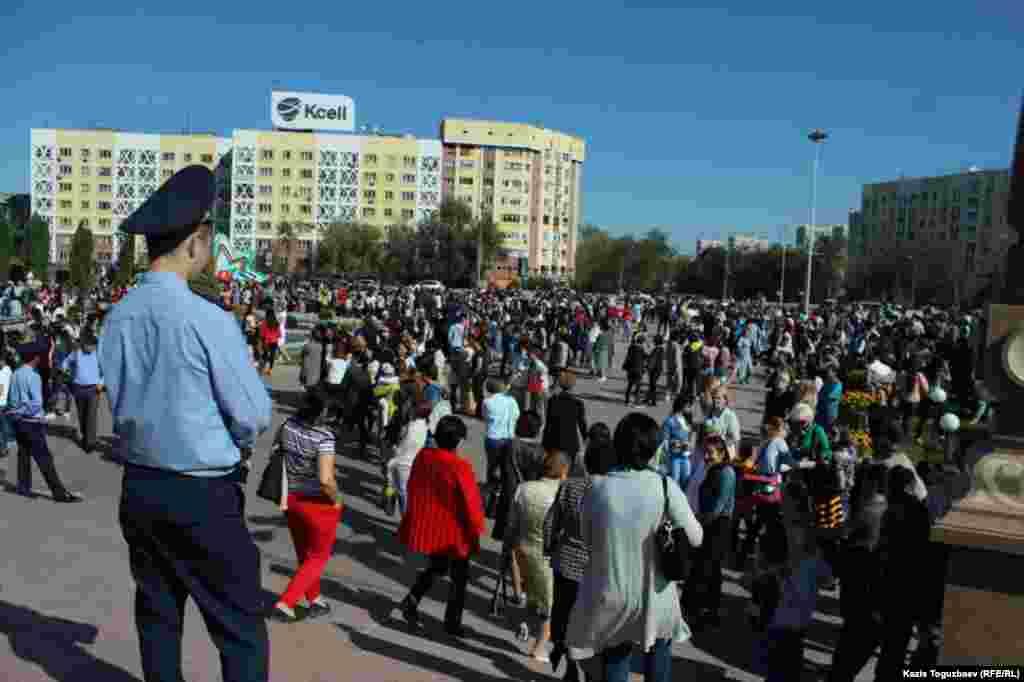 Люди на площади перед Парком первого президента во время выступления акима города Бауыржана Байбека.