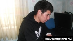 Десятиклассник Алишер Курбанай готовится к ЕНТ. Город Талгар, Алматинская область. 2 июня 2014 года.