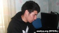 Әлішер Құрбанай ҰБТ-ға дайындалып отыр. Алматы облысы Талғар қаласы, 2 маусым 2014 жыл.