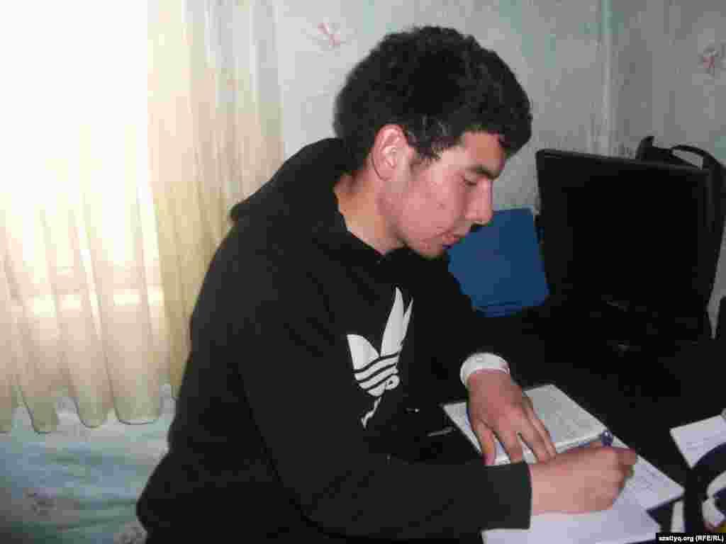 Многие учащиеся 10-х классов, в том числе Алишер Курбанай (на фото), после окончания учебного года вновь сели за парты. В школах их готовят к экзаменам ЕНТ, которые намечены только на июнь следующего года. Город Талгар, Алматинская область, 2 июея 2014 года.