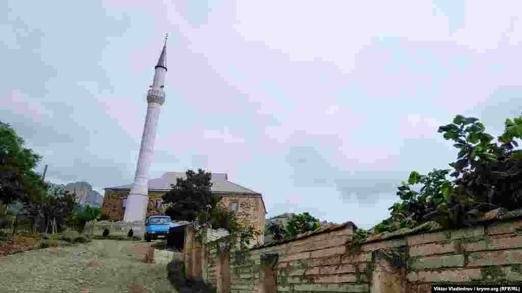 Мечеть Аджі-Бей Джамі розташована на вулиці Мигдальній у селі Дачне. У XIX столітті на місці сучасного села Дачного розташовувалися два кримськотатарські села – Біюк Таракташ і Кучук Таракташ