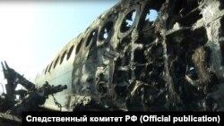 Фюзеляж сгоревшего самолета в «Шереметьево»: на этом фото Следственного комитета России отчетливо видна граница между полностью выгоревшей и частично уцелевшей частью салона