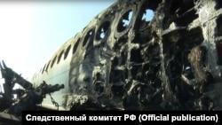 Фрагмент самолета Sukhoi Superjet 100 после катастрофы