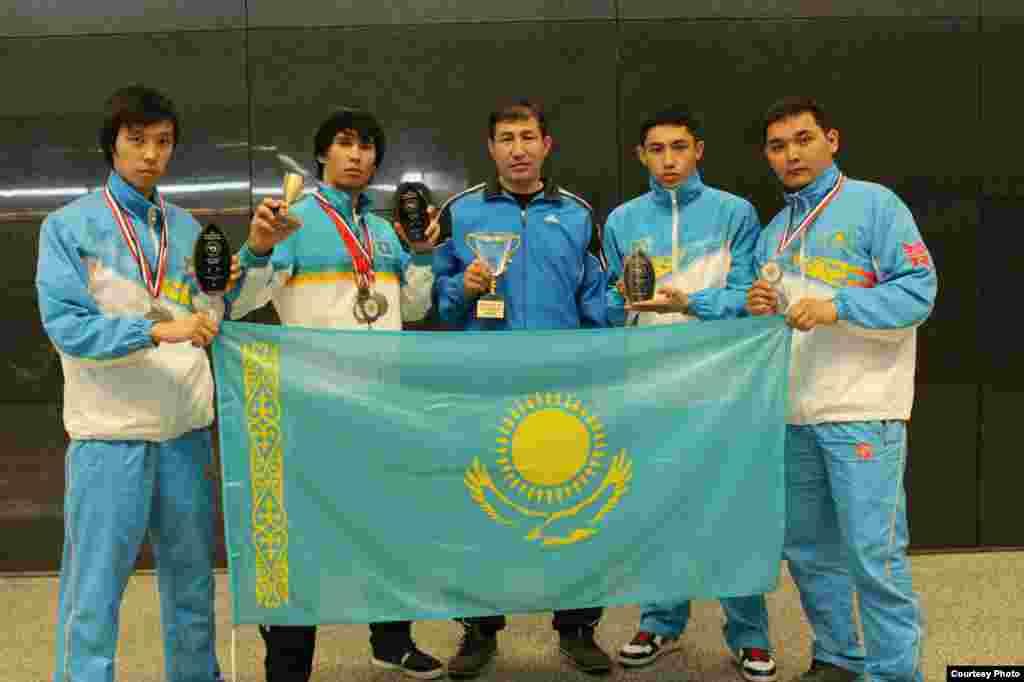 На чемпионате мира по стилю годзю-рю каратэ, который прошел в США, сборная Казахстана заняла первое место, завоевав 9 золотых медалей. На фото: казахские призеры чемпионата мира по стилю годзю-рю каратэ и тренера. Модесто (США). Март 2013 года.