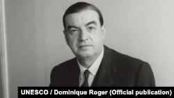 Roger Caillois e un critic literar, sociolog și filosof francez care i-a făcut cunoscuți publicului din Franța pe scriitorii latino-americani Jorge Luis Borges, Pablo Neruda și Miguel Ángel Asturias.