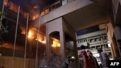 Жарылыс болған жерде өрт сөндіру және құтқару жұмыстары жүріп жатыр. Триполи, Ливия, 17 мамыр 2011 ж.