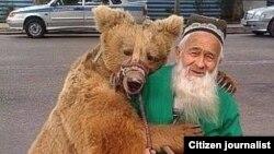 Талабшо Шейхов с медведицей Марией.