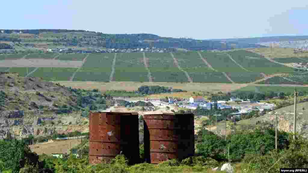 Вдалині – виноградники Балаклавської долини