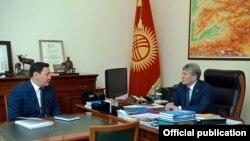 Глава ГКНБ Абдиль Сегизбаев и экс-президент Алмазбек Атамбаев.