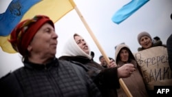 Украинаны жақтаған шеруде тұрған қырым татарлары. Украина, 14 наурыз 2014 жыл.