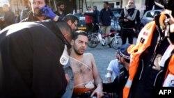 Бычак жеген жүргүнчүгө жардам көргөзүлүүдө. Тель-Авив, 21-январь, 2015-жыл.