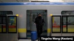Мужчина в маске выходит из вагона метро на одной из станций в Пекине. 10 февраля 2020 года.
