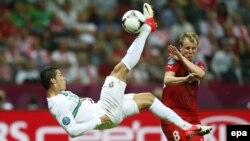 Португалиялық футболшы Криштиану Роналду (сол жақта). Варшава, 21 маусым 2012 жыл.