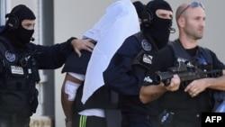 Policia franceze duke shoqëruar Yassin Salhin.