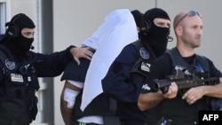 Французская полиция сопровождает Яссина Сали, обвиняемого в убийстве босса