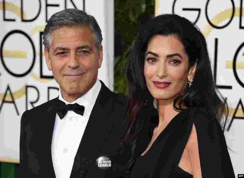 جورج کلونی با نشان «من شارلی هستم»، در کنار همسرش، امل علمالدین.