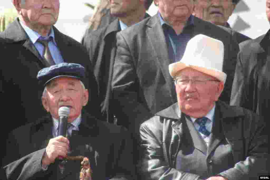 Кыргыз эл баатырлары С. Эралиев менен С. Жусуев баштаган аттуу-баштуу акын-жазуучулар да курултайга катышты - Kyrgyzstan -- Grand Congress (Eldik Kurultay) of United Popular Movement In the Village of Arashan Near Bishkek,25april2009