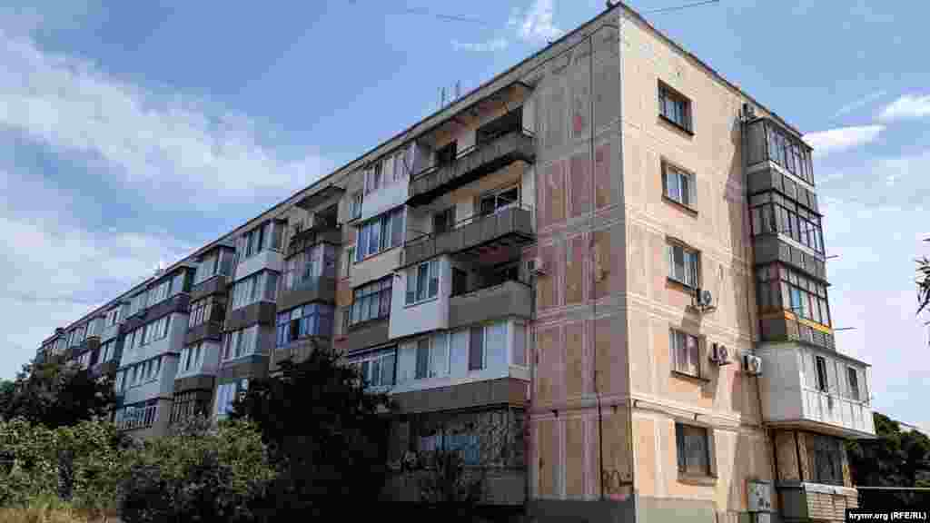 В военном городке - старые советские пятиэтажки