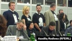 Varşava, ATƏT-in toplantısında azırbaycanlı siyasi məhbusların şəkilləri ilə köynək geyinib aksiya keçirən fəallar.
