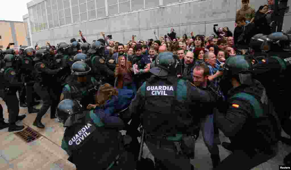 Сотні людей потерпіли в сутичках із поліцією під час референдуму в Каталонії