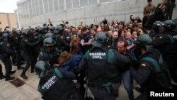 Каталониядә референдум барышында полиция белән бәрелешләр