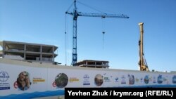 Строительство апарт-отеля «Адмиральская лагуна» рядом с пляжем Солдатский в Севастополе, июнь 2019 года