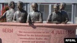 Такой памятник пятерым чемпионам мира 1954 года установлен на стадионе в Кайзерслаутерне. Но помнят их не только в родном городе и родной стране, но и во всем мире