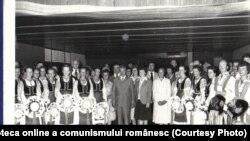 """Nicolae Ceauşescu şi Elena Ceauşescu îi primesc la Neptun pe membrii ansamblului folcloric """"Mihai Eminescu"""" al comunităţii româneşti din Regina, provincia Saskatchewan din Canada (7.VIII.1979). Sursa Fototeca online a comunismului românesc; cota:119/1979"""