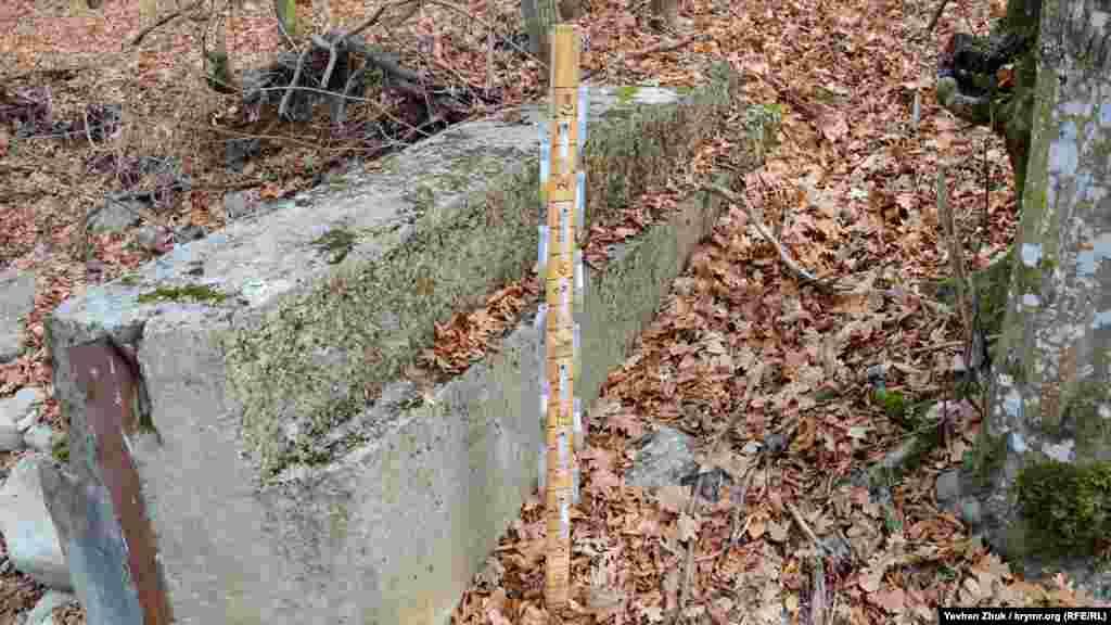 Біля бетонних воріт встановлено таке пристосування