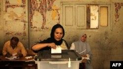 Египеттік христиан әйел президент сайлауында дауыс беріп тұр. Каир, 17 маусым 2012 жыл.