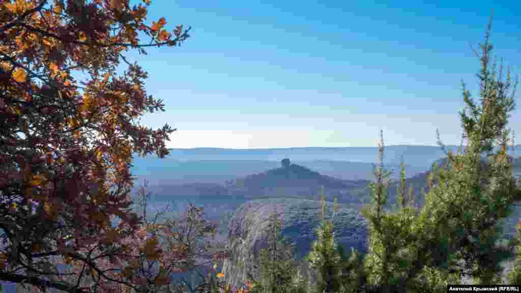 Кубышка – останец характерной формы высотой более 379 метров над уровнем моря. Она сложена известняковыми породами, которые богаты сохранившимися фрагментами фауны палеогенового периода (66-23 млн.лет назад)