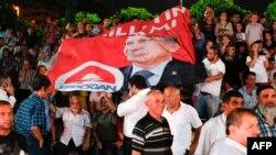 Жақтастары премьер-министр Режеп Тайып Ердоғанның президент сайлауында жеңгенін тойлап жатыр. Стамбул, 10 тамыз 2014 жыл.