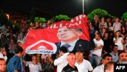 Сторонники Эрдогана празднуют его победу на президентских выборах. Стамбул, 10.08.2014