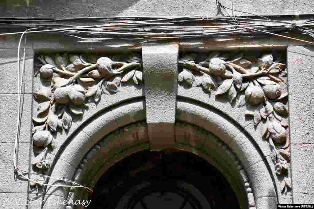 Detaliu al intrării, Str. Sfinților, București