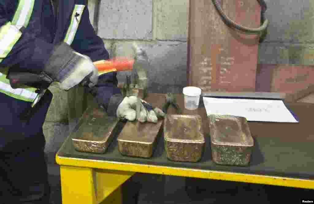 По завершении переработкируды из нее отливается золото в видеслитков Доре, содержащих до 80 %драгоценного металла