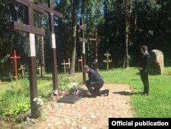 Намесьнік міністра замежных спраў Польшчы Барташ Ціхоцкі падчас ускладаньня кветак у Курапатаў