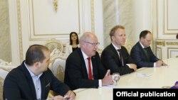 Ուփսալայի նահանգապետ Փիթեր Էգարդտը (ձախից երկրորդը) Հայաստանի վարչապետի հետ հանդիպման ժամանակ, Երևան, 25-ը մայիսի, 2015թ․
