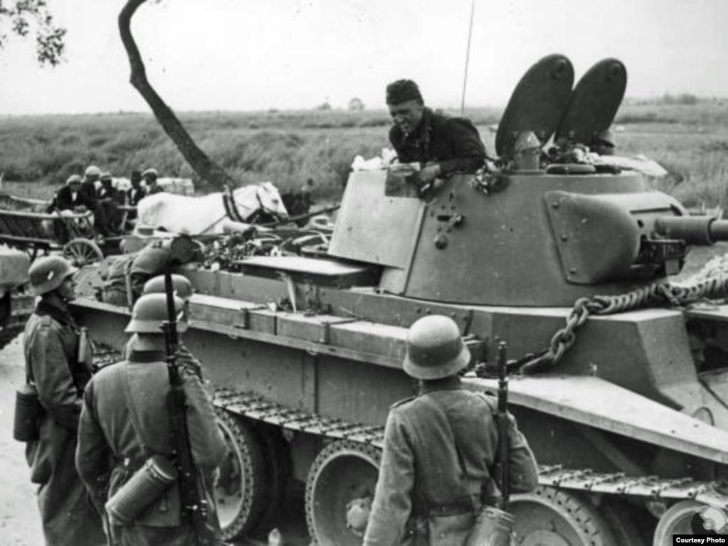 """Нямецкія і савецкія войскі сустракаюцца на дэмаркацыйнай лініі, або так званай """"Мяжы міру"""", у верасьні 1939 году."""