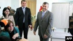 Эдуард Кокойты проголосовал, как и положено президенту, под щелканье затворов фотокамер