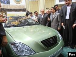 Иранның SAIPA көлігін көруге келген Иран президенті МахмұдАхмадинежад (оң жақтан санағанда екінші тұр). Көрнекі сурет.