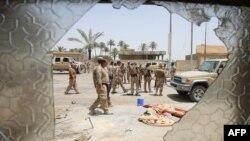 Иракские военные патрулируют улицы населенного пункта к северу от Фаллуджи после вытеснения с этой территории боевиков ИГ. 8 июня 2016 года..