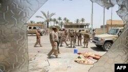 Ирак әскерилері ИМ тобынан қайтарып алған Фаллуджа қаласының солтүстігіндегі елді мекенде жүр. 8 маусым 2016 жыл.