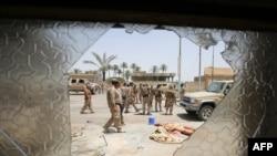 """8 iyun kuni """"Islomiy davlat"""" ekstremist guruhidan ozod qilingan Fallujadagi iroqlik harbiylar patruli"""