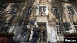 Боевики группировки «ДНР» возле школы в Донецке. Октябрь 2014 года