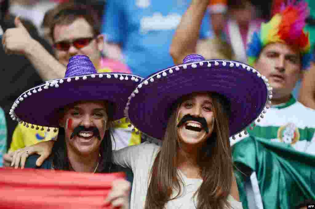 Мексиканын курама командасынын күйөрмандарыМексика-Сенегал командаларынын футболдук беттешинде.